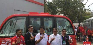 Menkominfo Rudiantara (dua dari kiri) dan Menperin Airlangga Hartarto (tiga dari kanan) saat uji coba mobil otonom. (Foto: CNN Indonesia/Agnes Savithri)