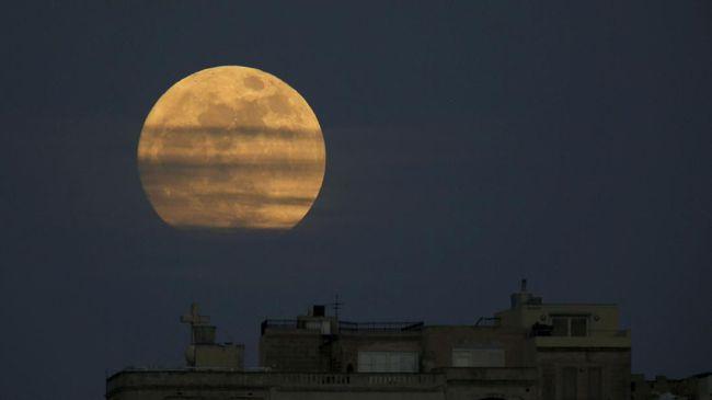 Ilustrasi supermoon. (Foto: REUTERS/Darrin Zammit Lupi)